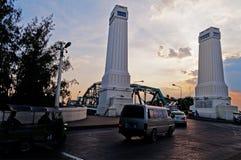 纪念桥梁在日落的曼谷 免版税库存照片
