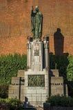 纪念碑、砖瓦房门面和绿色在日落在蒂尔特的市中心 免版税库存照片