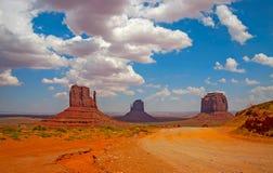 纪念碑与云彩和土路的谷横向 库存图片
