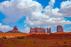 纪念碑与云彩的谷横向 免版税库存图片