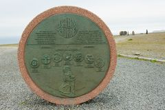 纪念碑从不同的国家的孩子创造的地球`的`孩子在北角,挪威 库存图片