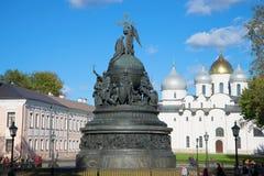 纪念碑千年俄罗斯和圣索菲娅大教堂,晴朗的10月天 Veliky诺夫哥罗德克里姆林宫  免版税图库摄影