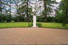 纪念碑向一个白色专栏的普希金在博物馆在Berno 库存照片