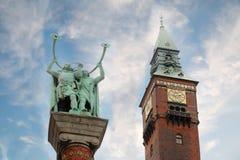 纪念碑吹在Lurs和钟塔的北欧海盗 库存图片