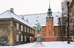纪念碑和塔在皇家图书馆里在哥本哈根在冬天 免版税库存图片