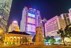 纪念碑和终审法院大厦在香港在晚上 图库摄影