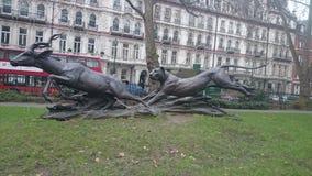 纪念碑和雕象老虎和瞪羚 库存图片