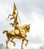 纪念碑圣女贞德在费城,由金黄金属制成 库存照片