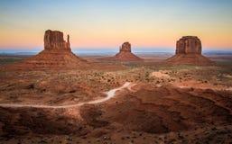 纪念碑在日落的谷视图,显示手套,犹他,美国 免版税图库摄影