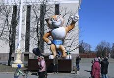 纪念碑大玩偶豹子-奥运会的标志在索契 库存图片