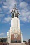纪念碑工作者和苏联的集体农庄的妇女 免版税库存照片