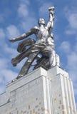 纪念碑工作者和苏联的集体农庄的妇女 库存照片