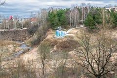 纪念碑战机米格-17和Holinka河谷的看法在早期的春天 勒热夫,特维尔地区 免版税库存照片