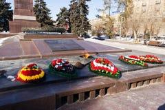 纪念碑永恒火焰 在下落的战斗机的正方形 免版税库存照片