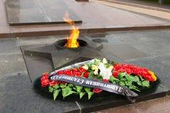 纪念碑永恒火焰 在下落的战斗机的正方形 vo 库存照片