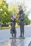 纪念碑的两个女孩对第一位老师 免版税库存照片
