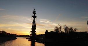 纪念碑的剪影对彼得一世的日落的祖拉布采列捷利 股票录像
