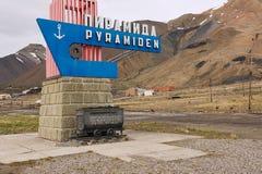 纪念碑的外部在被放弃的俄国北极解决Pyramiden,挪威 免版税库存照片