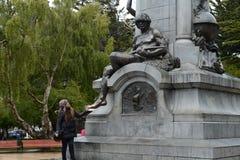 纪念碑的游人对福纳多麦哲伦在蓬塔阿雷纳斯 库存照片