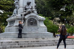 纪念碑的游人对福纳多麦哲伦在蓬塔阿雷纳斯 库存图片