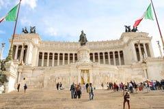 纪念碑的游人对胜者伊曼纽尔II 意大利罗马 免版税库存照片