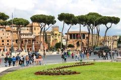 纪念碑的游人对胜者伊曼纽尔II 意大利罗马 库存图片