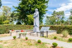 纪念碑的看法在Krynica下落的苏联士兵公墓Morska在二战期间 免版税库存图片