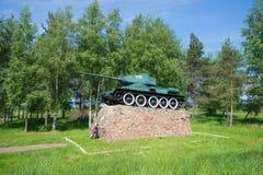 纪念碑的看法对传奇苏联坦克T-34的在对市的入口Staraya Russa 库存照片