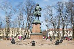 纪念碑的看法对彼得大帝的在一个晴朗的5月下午的城市公园 Kronstadt 图库摄影
