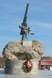 纪念碑的看法对苏联伞兵的图兹拉唾液的-有装甲的BKA的73贷款人枪 免版税库存图片