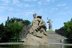 纪念碑祖国电话!战斗的苏联战士的雕塑对死亡!在记忆胡同在卷城市 库存照片