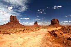 纪念碑谷在蓝天下 库存图片