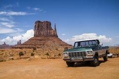 纪念碑谷,犹他,美国- 2011年7月:在纪念碑谷的一辆汽车 免版税库存图片
