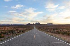 纪念碑谷,高速公路163,犹他,平衡阳光 免版税库存图片
