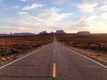 纪念碑谷,高速公路163,犹他,平衡阳光 免版税库存照片