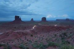 纪念碑谷经典看法在与3座小山的晚上 免版税库存照片