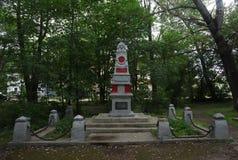 纪念碑,雕塑,红军万人冢  俄罗斯,沃洛格达州地区, Ustyuzhna,在卡尔・马克思街道上的一个城市公园 免版税库存图片