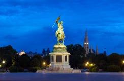 纪念碑致力了奥地利的大公爵查尔斯在晚上 免版税库存照片