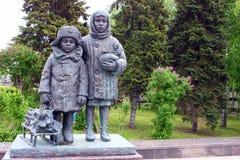 纪念碑致力了第二次世界大战说明社论的孩子 图库摄影
