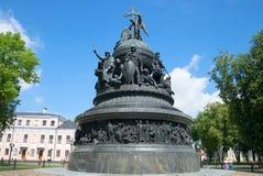 纪念碑`千年俄罗斯`在Veliky诺夫哥罗德克里姆林宫在晴朗的7月下午的 俄国 库存照片