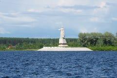 纪念碑`在雷宾斯克水库的母亲伏尔加河`在一多云7月天 免版税库存图片