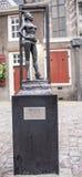 纪念碑任性的妓女在Oude Kerk教会旁边被设置 库存图片