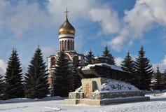 纪念碑T-34坦克和德米特里・顿斯科伊寺庙  Nizhny Tagil 斯维尔德洛夫斯克地区 免版税库存图片