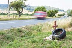 纪念站点在乡下公路的一次真正的悲剧的交通事故 而不是摩托车骑士死亡  库存图片