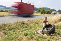 纪念站点在乡下公路的一次真正的悲剧的交通事故 而不是摩托车骑士死亡  图库摄影
