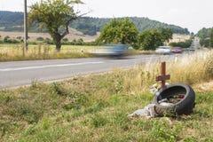 纪念站点在乡下公路的一次真正的悲剧的交通事故 而不是摩托车骑士死亡  免版税库存图片