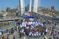 以纪念第一个玛雅人的一次庆祝的游行 在桥梁的人步行 免版税库存图片