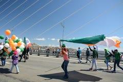 以纪念第一个玛雅人的一次庆祝的游行 在桥梁的人步行 免版税库存照片