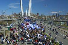 以纪念第一个玛雅人的一次庆祝的游行 在桥梁的人步行 库存图片