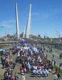以纪念第一个玛雅人的一次庆祝的游行 在桥梁的人步行 库存照片
